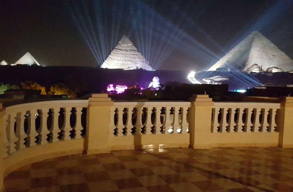 7.目の前にピラミッド、音と光のショー見物のベストポジション