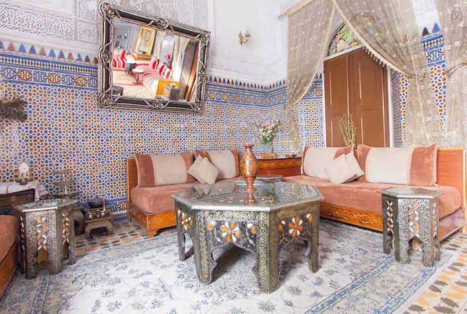 1.エキゾチックな一軒家、モロッコ風の花の装飾が可愛い!