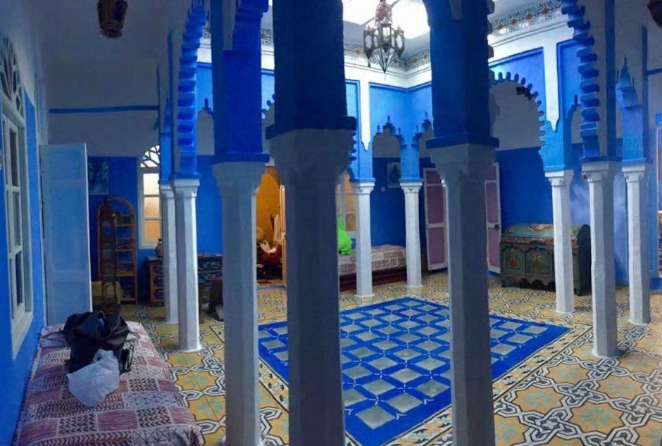 6.イスラム建築のアーチを活かした青いホールが美しい