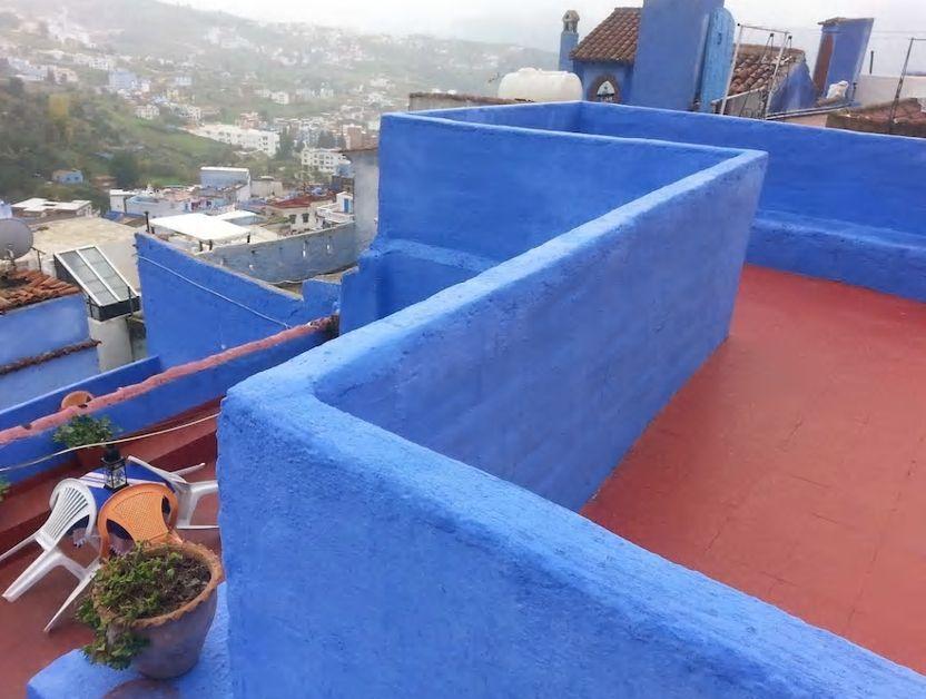 3.赤と青のコントラストが美しい絶景テラスが魅力