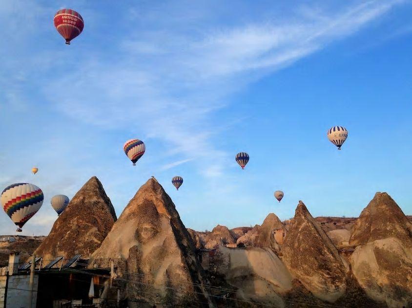 1.ギョレメの中心に位置、熱気球が飛ぶ壮大な景観を一望