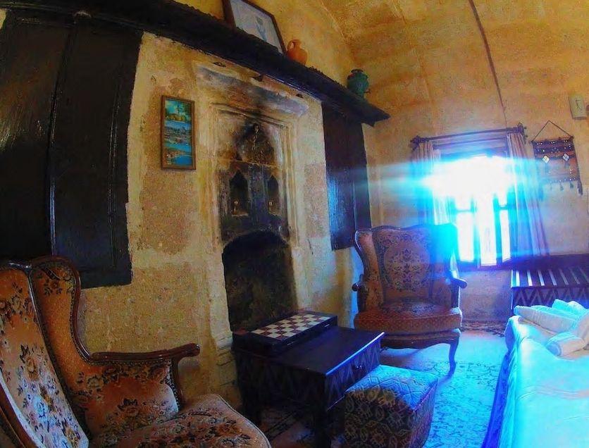 7.窓が射し込む光が幻想的、B&Bタイプの洞窟民泊