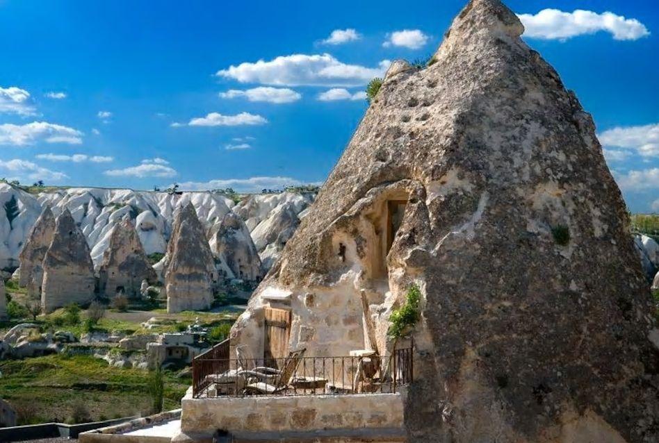 8.巨大な岩のテラスからカッパドキアの不思議な景観を一望