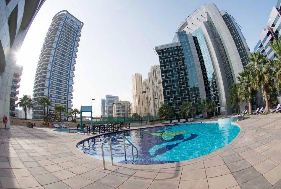 9.高層ビル群に囲まれたプールが魅力